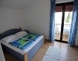 Schlafzimmer mit Doppelbett - Apartments Ana Lopar - 5